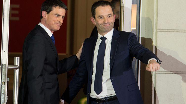 Benoît Hamon et Manuel Valls quittent le siège du Parti socialiste, à Paris, le 29 janvier 2017. (MAXPPP)