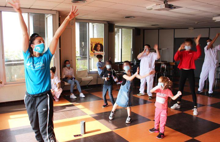 Même le personnel soignant veut suivre le cours de danse.