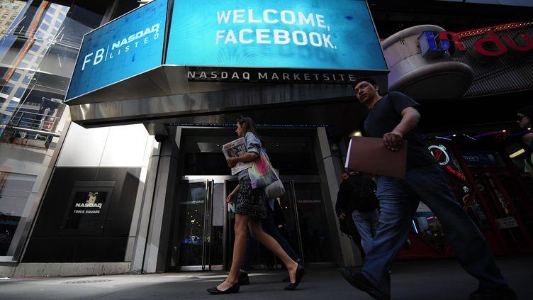 Le siège du Nasdaq à Times Square salue l'entrée en Bourse de Facebook le 18 mai 2012 à new York (Etats-Unis). (EMMANUEL DUNAND / AFP)