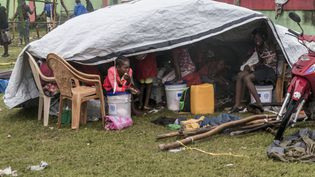 Des sinistrés se réfugient sous un abri de fortune, le 17 août 2021, près de la commune des Cayes, en Haiti. (REGINALD LOUISSAINT JR / AFP)