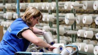 Une salariée du textile, le 16 avril, dans le nord de la France. (PHILIPPE HUGUEN / AFP)