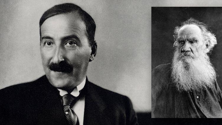 Portrait de l'ecrivain autrichien Stefan Zweig (1881-1942) en 1936 a Londres et de l'écrivain russe Léon Tolstoï  (LEEMAGE et RIA Novosti / Sputnik / AFP)