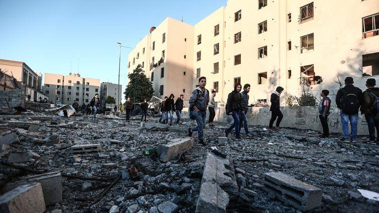 Des débris après un raid israélien dans la bande de Gaza, le 9 décembre 2017. (MUSTAFA HASSONA / ANADOLU AGENCY / AFP)