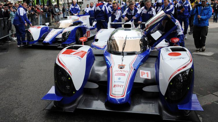 Les deux Toyota TS030 au pesage des 24 Heures du Mans 2012 (JEAN-FRANCOIS MONIER / AFP)