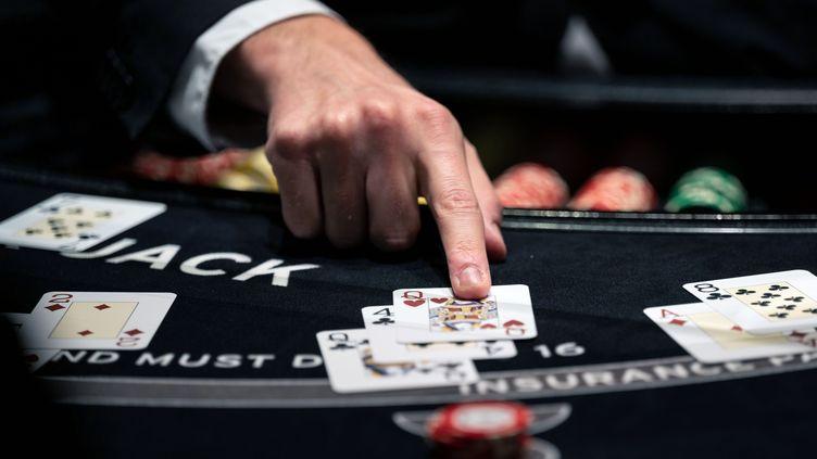 Un croupier distribue des cartes à une table de blackjack au Casino Stuttgart, en Allemagne, en septembre 2020. Photo d'illustration. (MARIJAN MURAT / DPA)