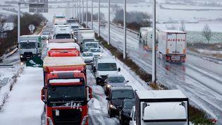 Embouteillages sur l'autoroute A1 après une averse de neige, le 11 décembre 2017. (MAXPPP)
