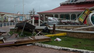 L'île de Saint-Martin après le passage de l'ouragan Irma, le 19 septembre 2017. (HELENE VALENZUELA / AFP)