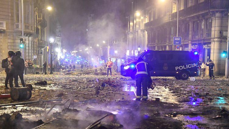 Une rue de Barcelone après les affrontements entre policiers et manifestants dans la nuit du 18 octobre. (JOSEP LAGO / AFP)
