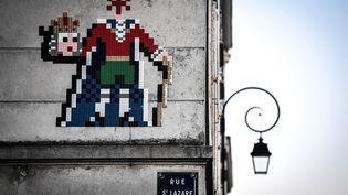 Une création del'artiste Cyklop visible sur un immeuble de Versailles (78). (STEPHANE DE SAKUTIN / AFP)