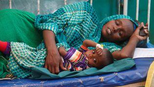 Un femme, qui a dû fuir les combats, serre contre elle son enfant, souffrant de diarrhée, le 5 mars 2017, à l'hôpital Banadir de Mogadiscio (Somalie). (FEISAL OMAR / REUTERS)