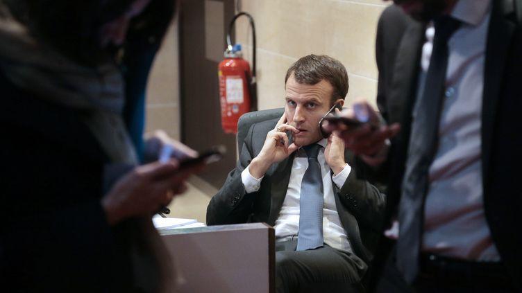 Emmanuel Macron au téléphone, le 11 mars 2015 à Paris. (JACQUES DEMARTHON / AFP)