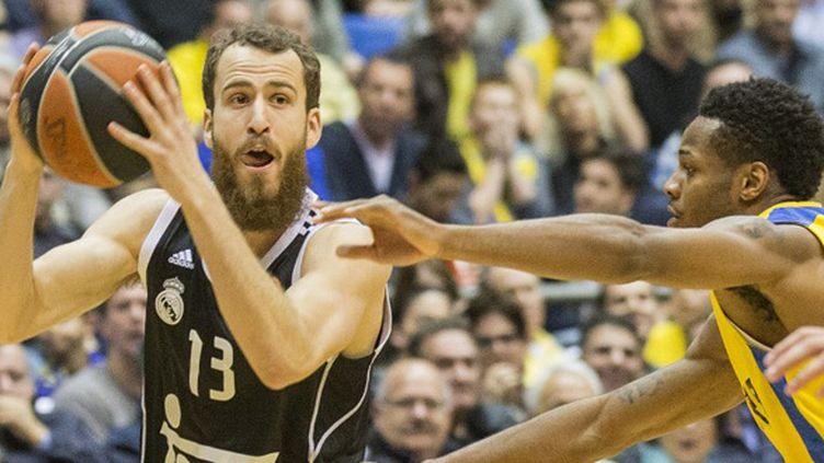 Rodriguez (Real Madrid) tente d'échapper à Pargo (Maccabi Tel-Aviz) (JACK GUEZ / AFP)