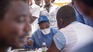 Une infirmière de l'OMS participe à une campagne de vaccination contre Ebola, le 21 mai 2018, à Mbandaka (République démocratique du Congo). (JUNIOR D. KANNAH / AFP)