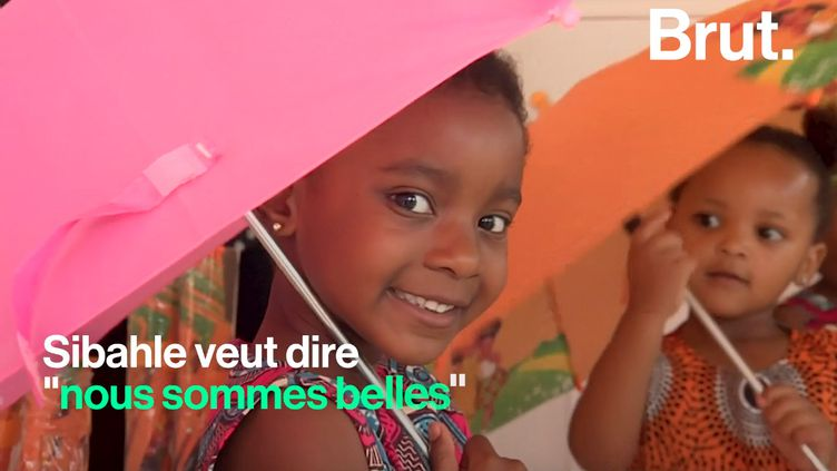 En Afrique du Sud, Caroline Hlahla et Khulile Vilakazi-Ofosu ont conçu des poupées à l'image des enfants qui les achètent. (BRUT)