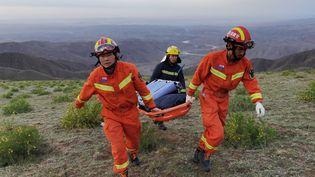 Des secouristes à la recherche de participants à une course d'ultrafond, disparus après des conditions météo extrêmes, dans le nord-ouest de la Chine, le 22 mai 2021. (STR / AFP)