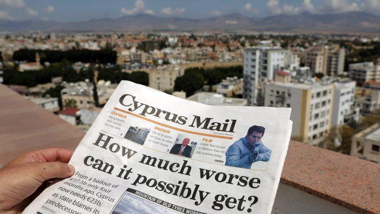 """""""Jusqu'où cela peut-il empirer ?"""", demande un journal chypriote, le 12 avril 2013, après une nouvelle demande d'assistance européenne. (PATRICK BAZ / AFP)"""