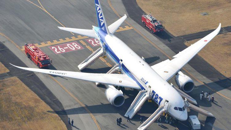 Un Boeing 787 de la compagnie All Nippon Airways après un atterrissage d'urgence à Takamatsu (Japon), le 16 janvier 2013. (YASUFUMI NAGAO / YOMIURI /AFP)