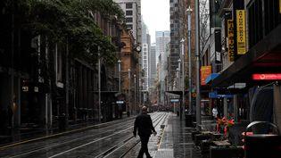 Une ruedu quartier d'affaires de Sydney (Australie), reconfinée pour deux semaines, le 28 juin 2021. (SAEED KHAN / AFP)