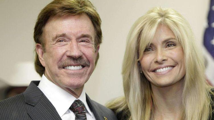 Chuck Norris et sa femme,Gena, à Garland, au Texas(Etats-Unis), le 2 décembre 2010. (TONY GUTIERREZ / AP / SIPA)