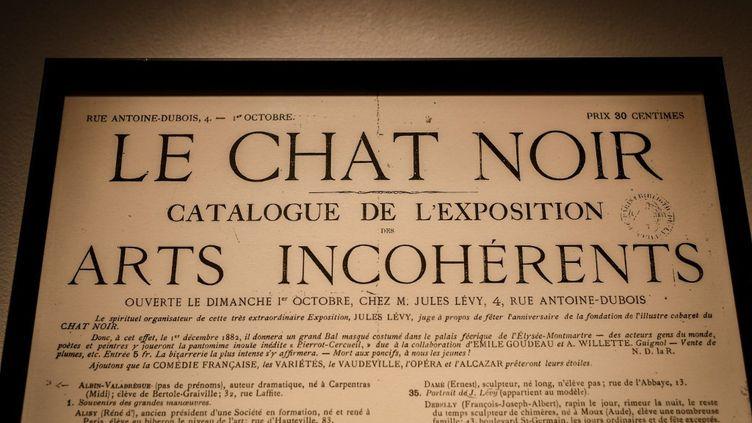 """Annonce d'une exposition des """"Arts incohérents"""" dans les années 1882-93, à Paris. (STEPHANE DE SAKUTIN / AFP)"""