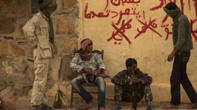 Des rebelles du MNLA montent la garde devant un bâtiment officiel à Kidal (nord du Mali), le 26 juillet 2013. (REBECCA BLACKWELL / AP / SIPA)