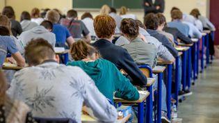 Des étudiants de terminale planchent sur l'épreuve de philosophie du baccalauréat, le 15 juin 2016 à Dijon (Côte-d'Or). (KONRAD K. / SIPA)