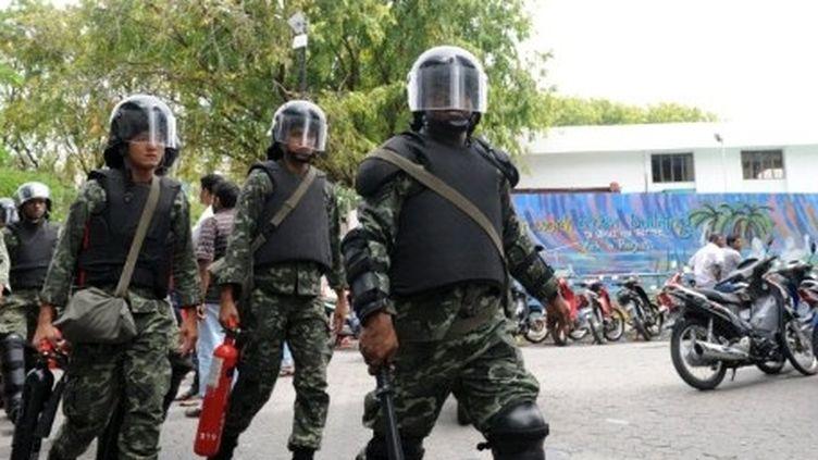 Des militaires de l'armée des Maldives patrouillant dans Malé, capitale de l'archipel (10-2-2012) (AFP - Ishara S. KODIKARA)