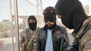 Un Français, jihadiste présumé et prisonnier en Syrie, et ses geôliers kurdes, dans une séquence diffusée par France 2 le 20 janvier 2018. (FRANCE 2)