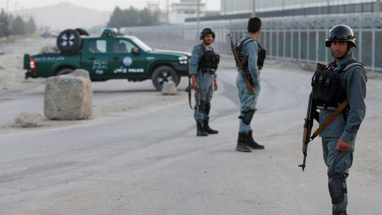 Des policiers sécurisent la zone de Kaboul (Afghanistan) où un hôtelpour étrangers a été la cible d'une attaque des talibans, lundi 1er août 2016. (OMAR SOBHANI / REUTERS)