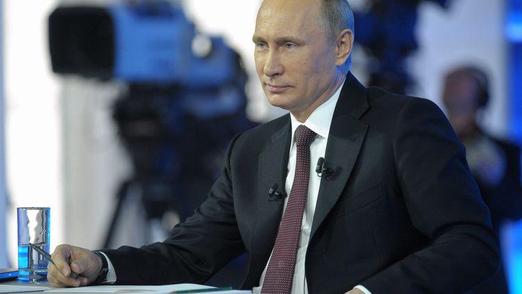 Le président russe Vladimir Poutine à la télévision, le 17 avril 2014. (ALEXEY DRUZHININ / RIA-NOVOSTI)