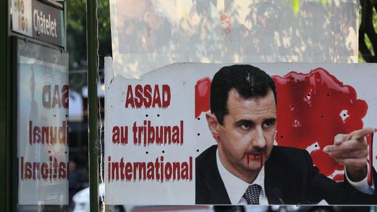 Une bannière demande la comparution de Bachar Al-Assad devant la CPI, dans une manifestation à Paris, le 20 aôut 2011. (MICHEL STOUPAK / CITIZENSIDE.COM)
