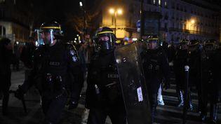 Des policiers se déploient devant le théâtre des Bouffes du Nord, à Paris, le 17 janvier 2020. (LUCAS BARIOULET / AFP)