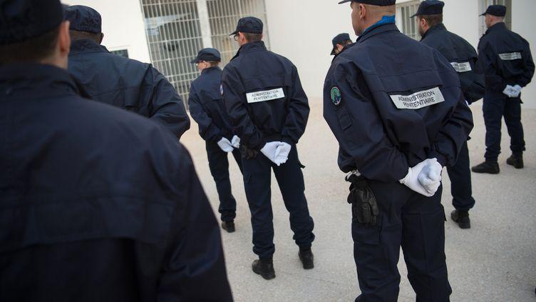 Des surveillants pénitentiaires de la prison des Baumettes 2, à Marseille, en décembre 2016. (BERTRAND LANGLOIS / AFP)