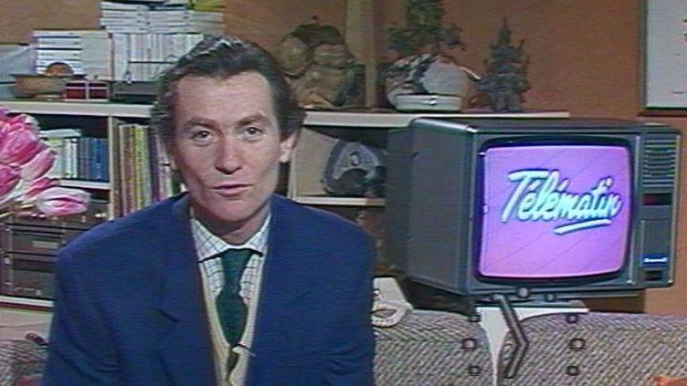"""L'animateur William Leymergie, lors de la première émission """"Télématin"""", le 10 janvier 1985, sur Antenne 2. (FRANCE 2 / INA)"""