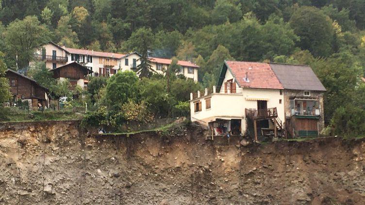 À Saint-Martin-Vésubie (Alpes-Maritimes), après le passage de la tempête Alex. Plus d'une trentaine de maisons sont au bord du précipice, 38 ont été emportées par les flots, le 5 octobre 2020. (FARIDA NOUAR / RADIO FRANCE)