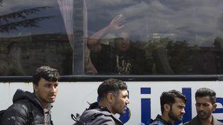 Des migrants s'apprêtant à monter dans un bus à Belgrade (Serbie), le 8 mai 2017. (CEM TEKKESINOGLU / CITIZENSIDE / AFP)