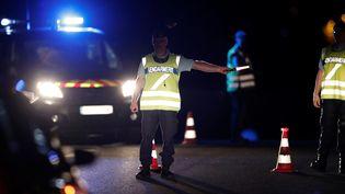 Des gendarmes dressentun périmètre de sécurité près de Sept-Sorts (Seine-et-Marne), après qu'une voiture a foncé dans une pizzeria, le 14 août 2017, faisant au moins un mort de douze blessés. (BENOIT TESSIER / REUTERS)