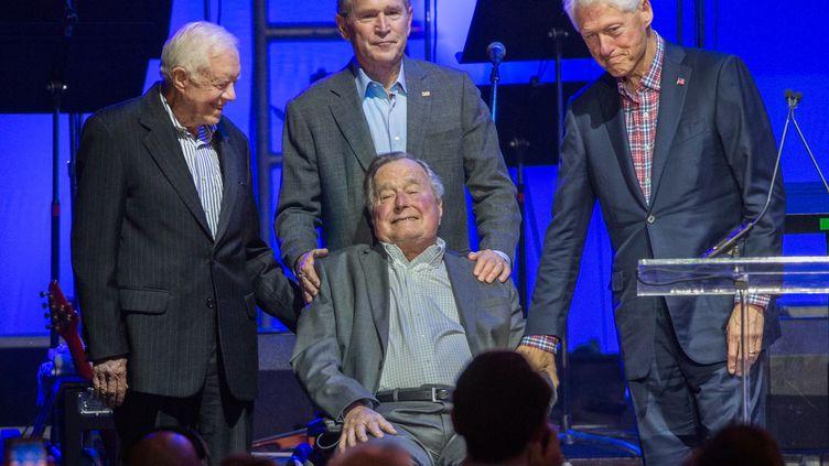 George H.W. Bush entouré de son fils George W. Bush, de Jimmy Carter et de Bill Clinton, à College Station (Texas), le 21 octobre 2017. (JIM CHAPIN / AFP)
