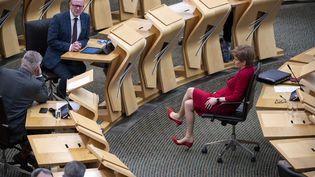 La Première ministre écossaise, Nicola Sturgeon, lors d'une cession de questions au parlement écossais, à Edimbourg, le 26 novembre 2020. (AFP)