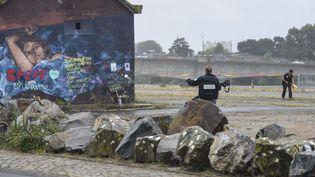 Des officiers de la police scientifique enquêtent sur l'île de Nantes, le 18 juillet 2019, après la disparition de Steve Maia Caniço, pendant une intervention de police, le soir de la fête de la musique. (SEBASTIEN SALOM GOMIS / SIPA)
