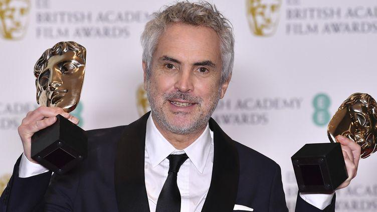 Alfonso Cuaron, réalisateur de Roma, avec ses deux trophées glanés aux BAFTA  (Ben STANSALL / AFP)