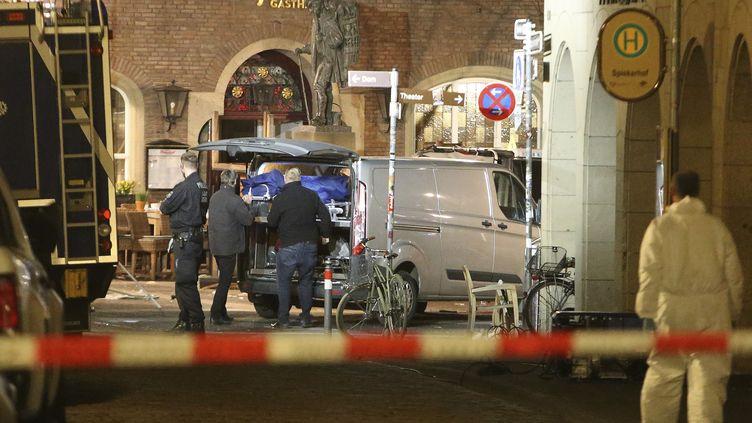 Des enquêteurs à Münster (Allemagne) le 7 avril 2018, peu après qu'un véhicule a foncé sur les terrasses de café et restaurant. (DAVID YOUNG / DPA / AFP)