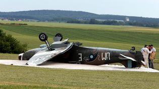 Un avion Spitfire retourné après un accident au décollage, le 11 juin 2017 sur l'aérodromede Longuyon-Villette (Meurthe-et-Moselle). (MAXPPP)