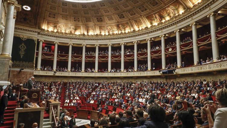 Bernard Brochand, député LR doyen de l'Assemblée nationale, délivre son discours lors de la séance inaugurale le 27 juin 2017. (PATRICK KOVARIK / AFP)