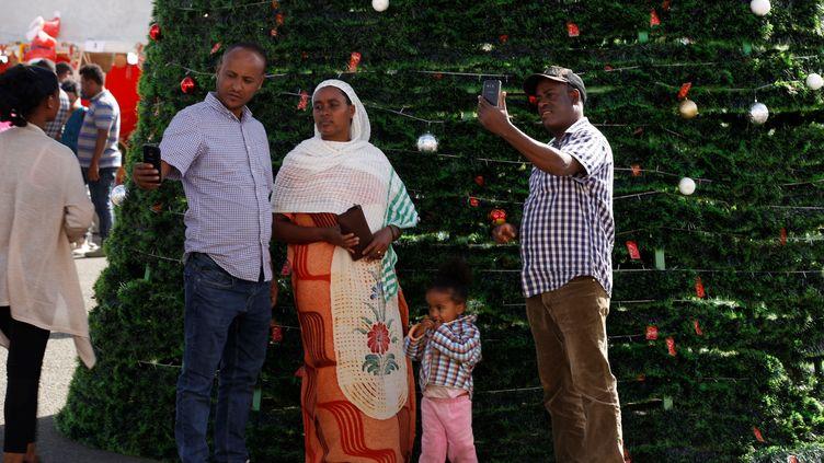 Des Ethiopiens prennent la pose devant un sapin le jour de Noël célébré le 7 janvier dans le pays. (MINASSE WONDIMU HAILU / ANADOLU AGENCY)