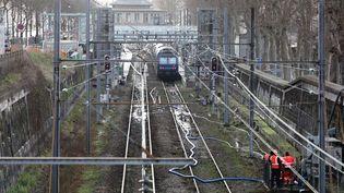 Les rails détrempés du RER C à Paris, le 26 janvier 2018. (AFP)