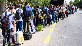 Environ 850 demandeurs d'asile quittent le camp de Lesbos (Grèce), le 5 octobre 2020. (VANGELIS PAPANTONIS / ANA-MPA)