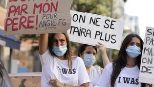 Des femmes brandissent des banderoles lors d'une manifestation contre les violences et les agressions sexuelles à Ajaccio, en Corse, le 5 juillet 2020. (PASCAL POCHARD-CASABIANCA / AFP)