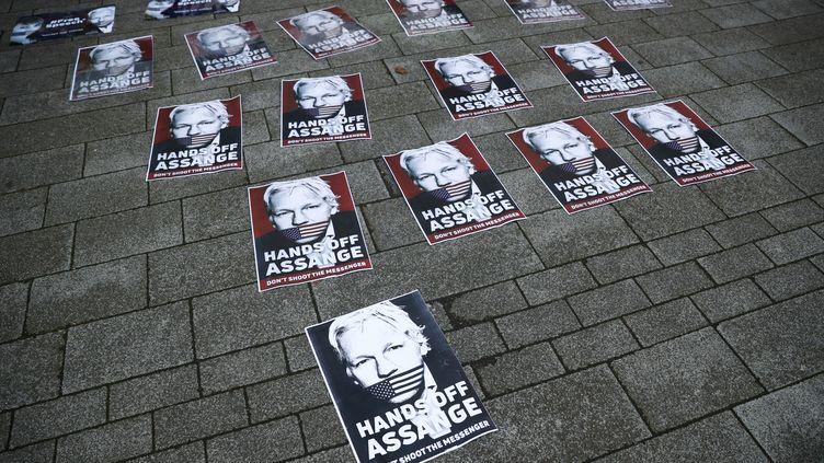 Des affiches montrant Julian Assange bâillonné par un drapeau américain devant un tribunal londonien à Westminster, le 14 juin 2019. (HANNAH MCKAY / X03696)
