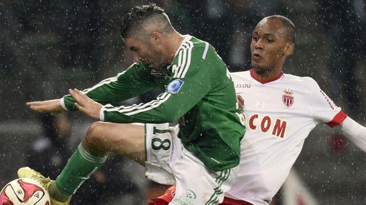 Fabien Lemoine (Saint-Etienne) à la lutte avec Fabinho (Monaco) (PHILIPPE DESMAZES / AFP)